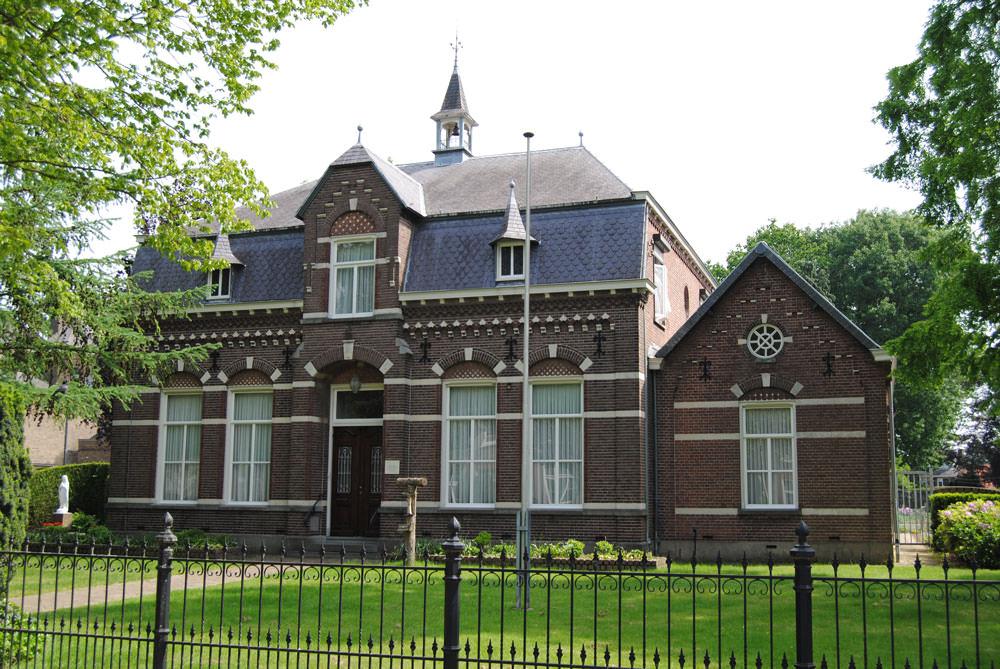 Pastorie Veldhoven: Christus koning Kerk buiten schilderwerk